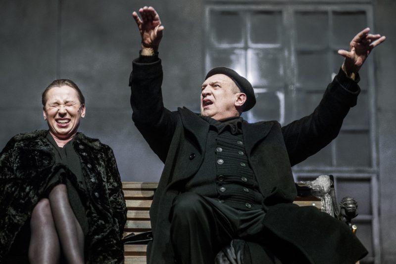 """Lenkų kritikų atsiliepimai apie Krystiano Lupos spektaklį """"Didvyrių aikštė"""""""