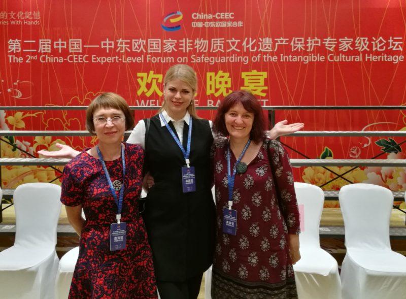 Šiaudiniai sodai, verbos ir margučiai pristatyti Kinijoje