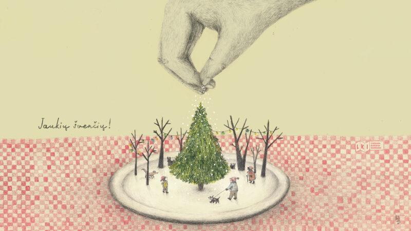 """Pavaizduota kalėdinė kompozicija. Ant raudai baltai languotos staltiesė padėta balta apskrita lėkštė, kuri primena apsnigtą miesto aikštę. Aikštės viduryje stovi žalia eglutė, ją supą kiek mažesni medžiai be lapų, šalia eglutės 3 žmonės ir keli gyvūnai. Vienas vaikas stovi kairėje. Antras – dešinėje pusėje ir už pavadžio laiko mažą šunį. Trečias žmogus – senutė, kurios figūra pavaizduota dešinėje, arčiau eglutės. Prie eglės taip pat yra lapė ir kiškis. Kompozicija primena lėlių teatrą, nes eglutę į miesto aikštę nuleidžia žmogaus ranka. Kairėje pusėje yra užrašas """"Su šventėmis!"""""""