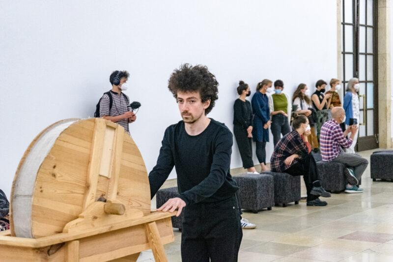 Miunchene pristatytas Arturo Bumšteino barokinio teatro triukšmo mašinų performansas