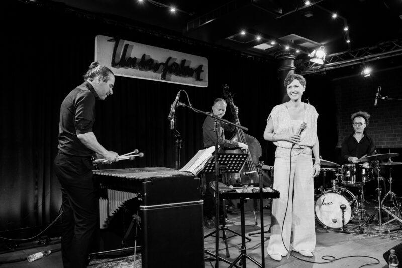 dainininkė Viktorija Gečytė ir 3 muzikantai