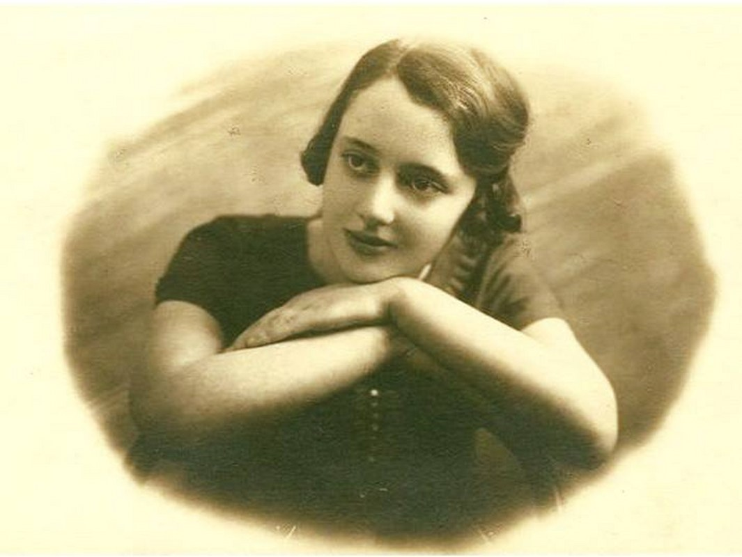 05 photo  Leah Goldberg as a teenager in 1927, unknown photographer 1065x800