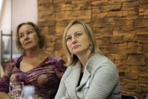 077 Vertėjų seminaras Kėdainiuose literatūros vertėja į anglų kalbą Laima Vincė ir LKI direktorė Aušrinė Žilinskienė